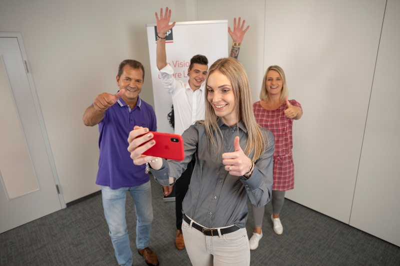 choose-your-own-device-gruppe-macht-mit-iphone-ein-selfie