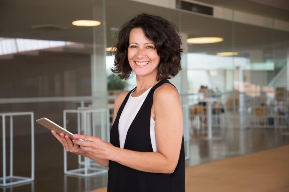Mitarbeiterin verwendet iPad im Unternehmen